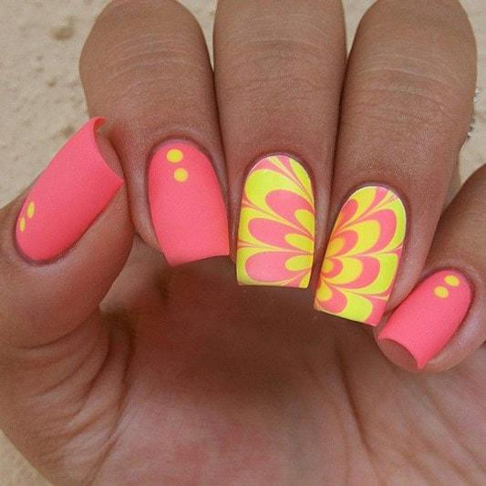 мраморный дизайн с желтыми лепестками на розовом