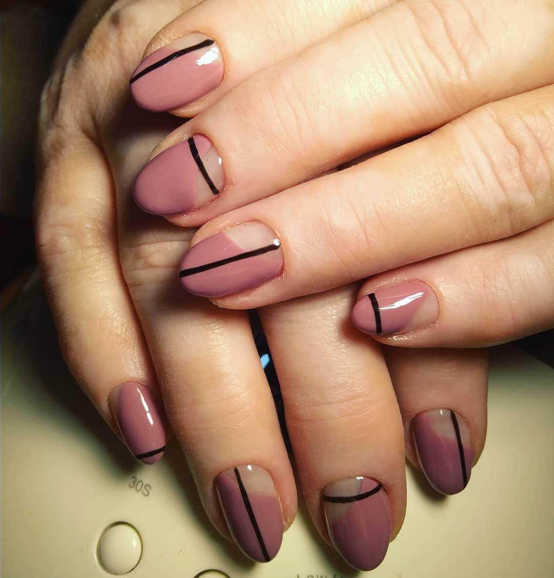 ногти цвета чайной розы с черными полосами