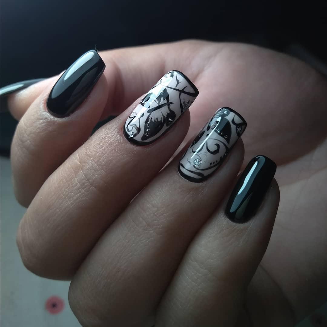 черно-белый маникюр с бабочками и узором