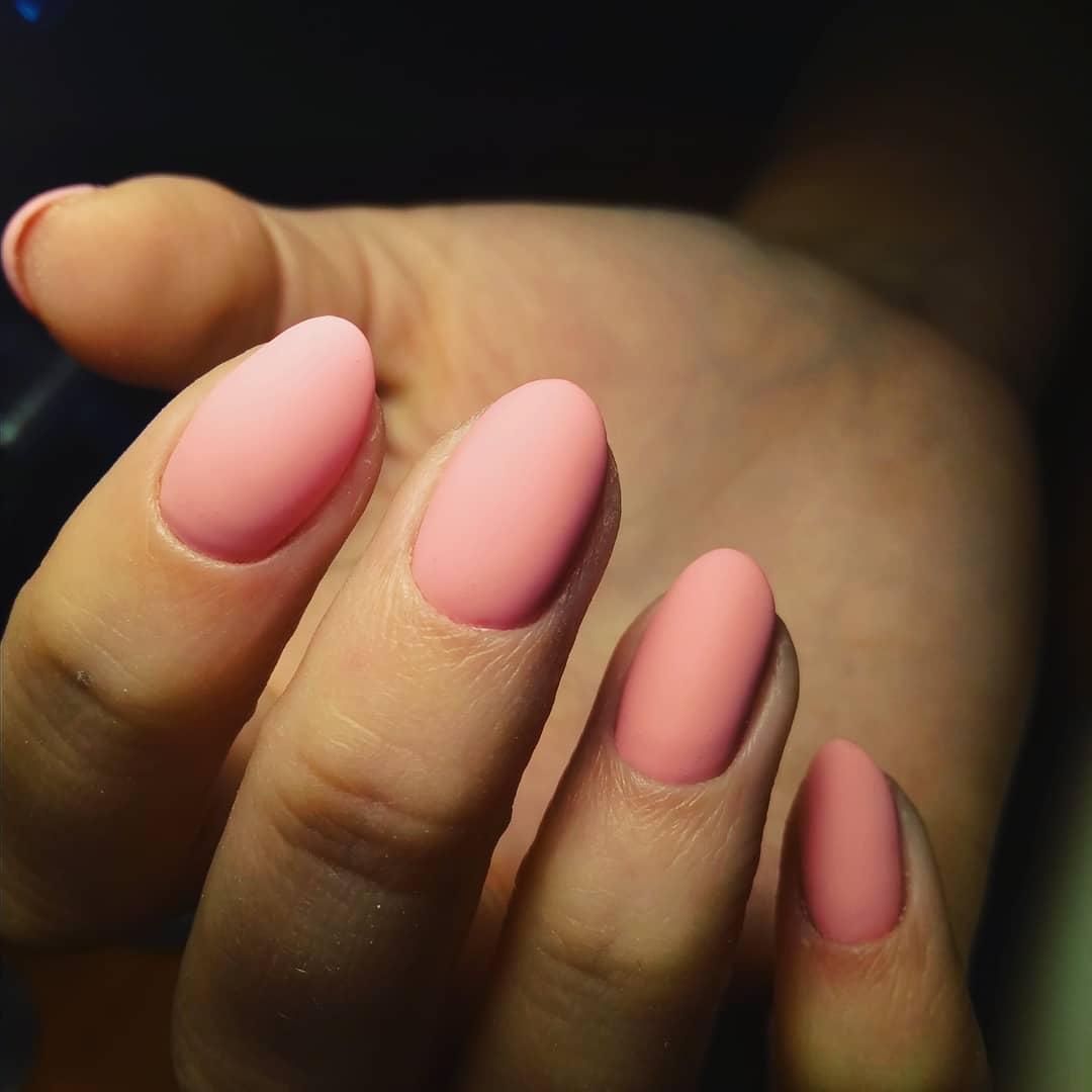 матово розовый маникюр на овальных коротких ногтях