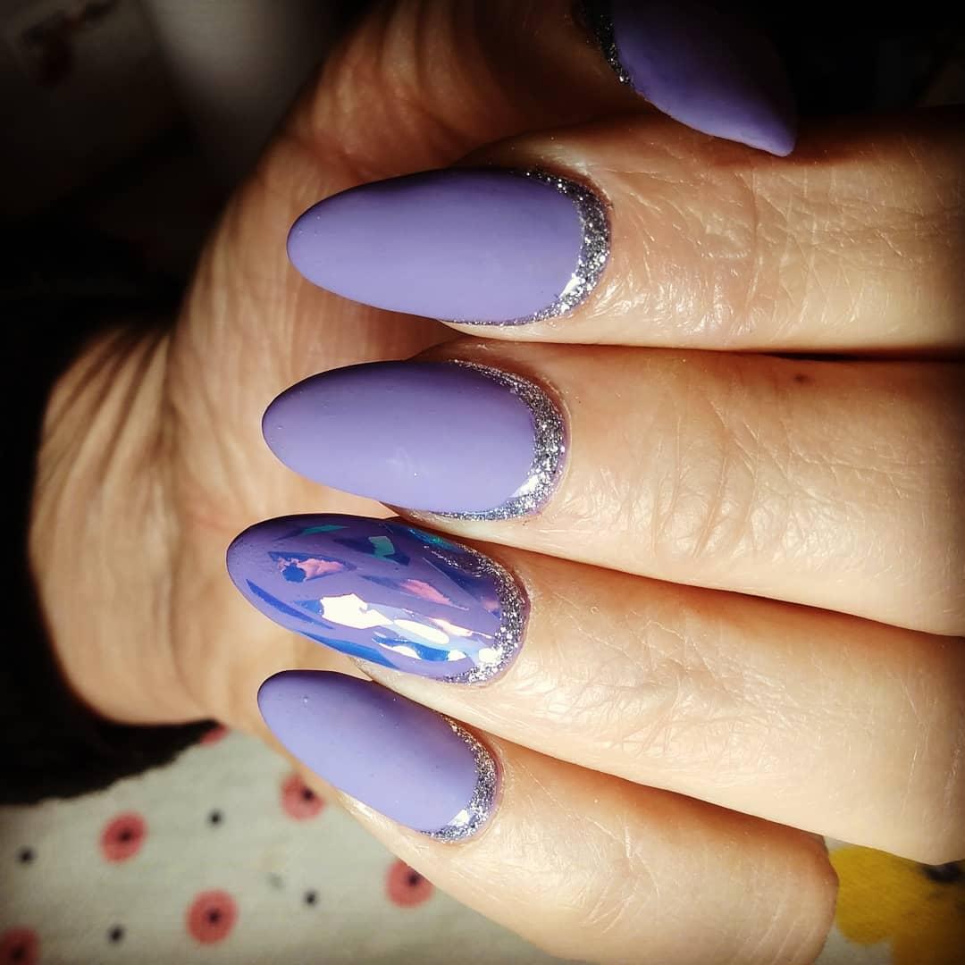 фиолетовый обратный френч блестками и битым стеклом