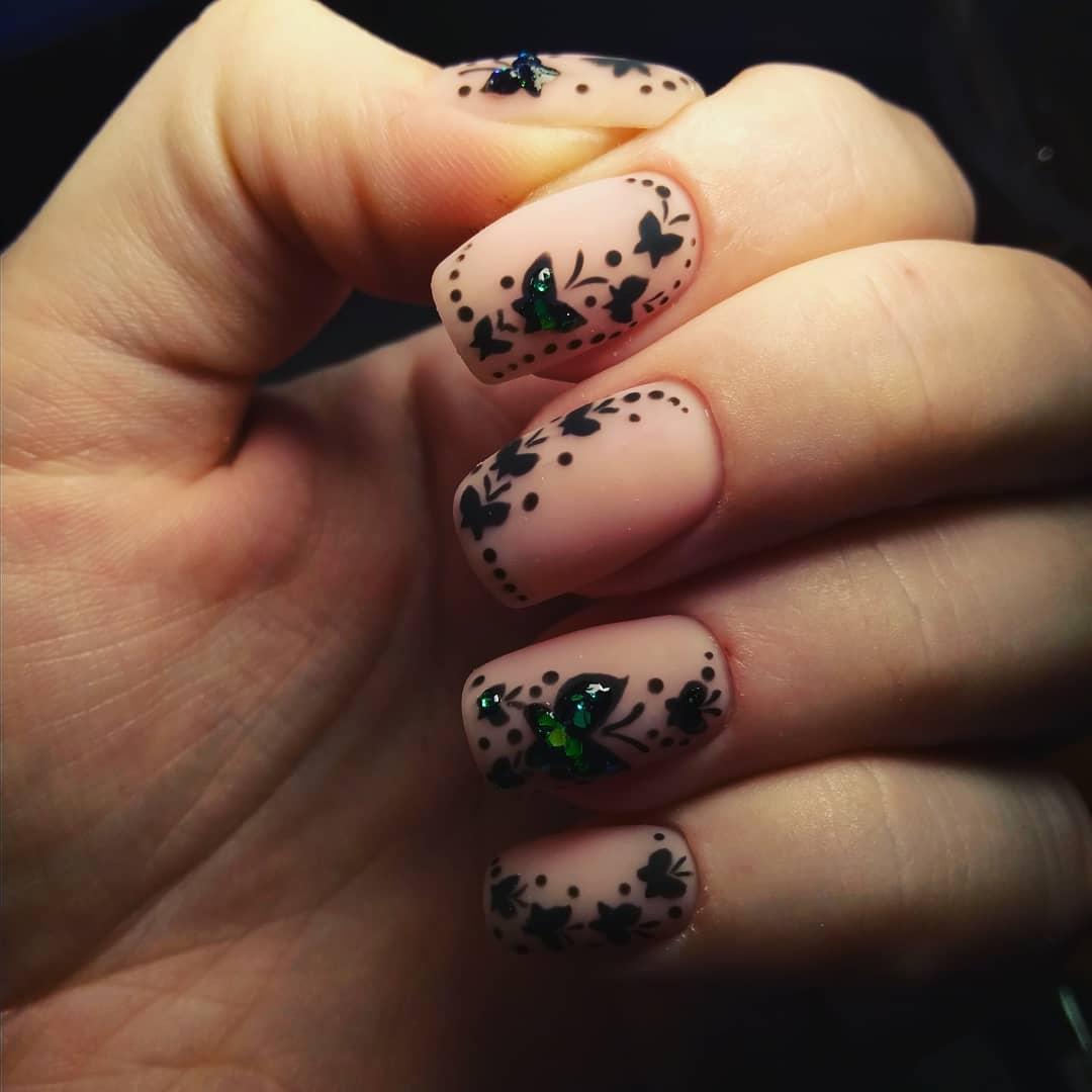 нюдовый маникюр с черными бабочками