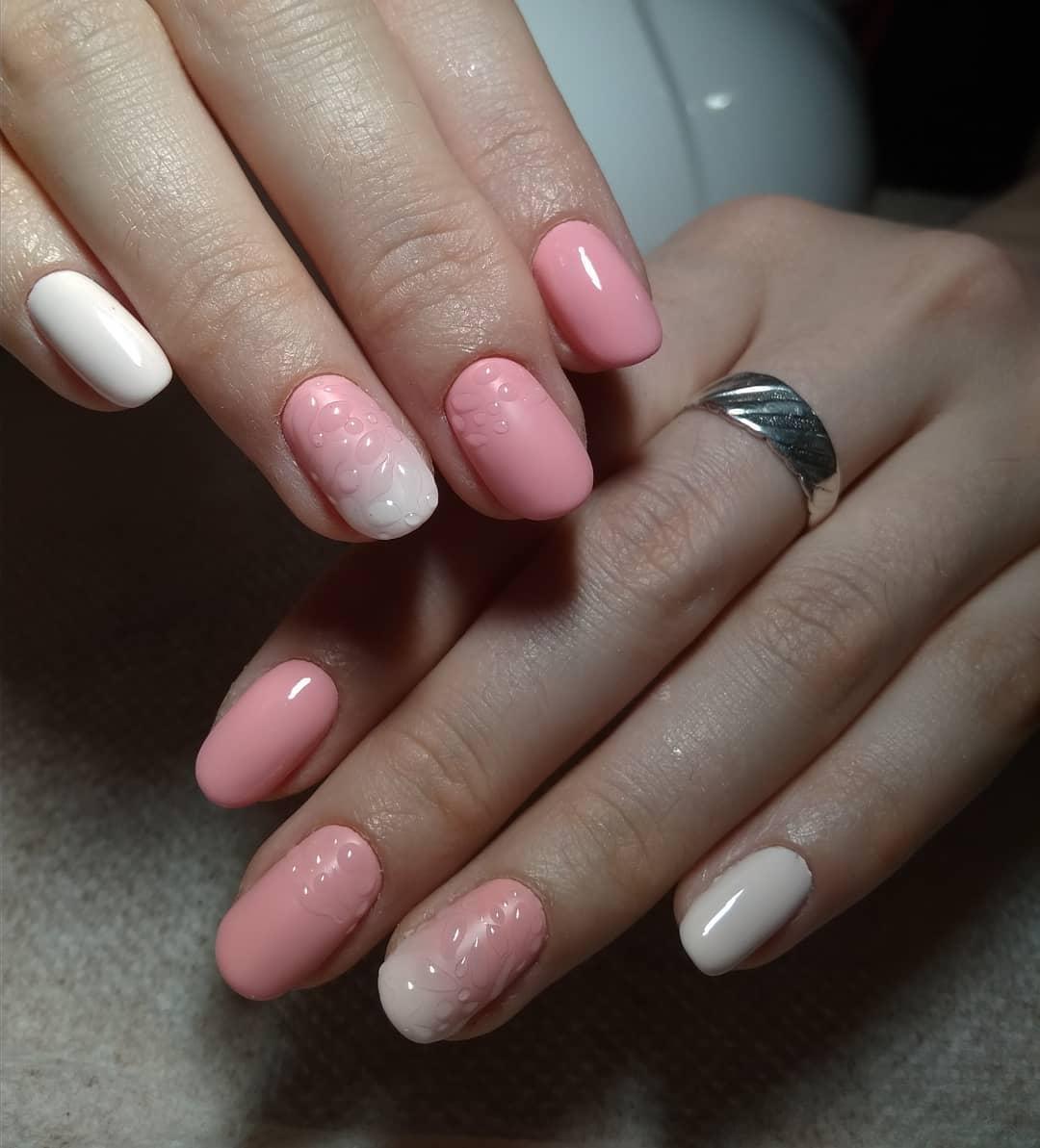 розово белый маникюр с обмре и прозрачными каплями