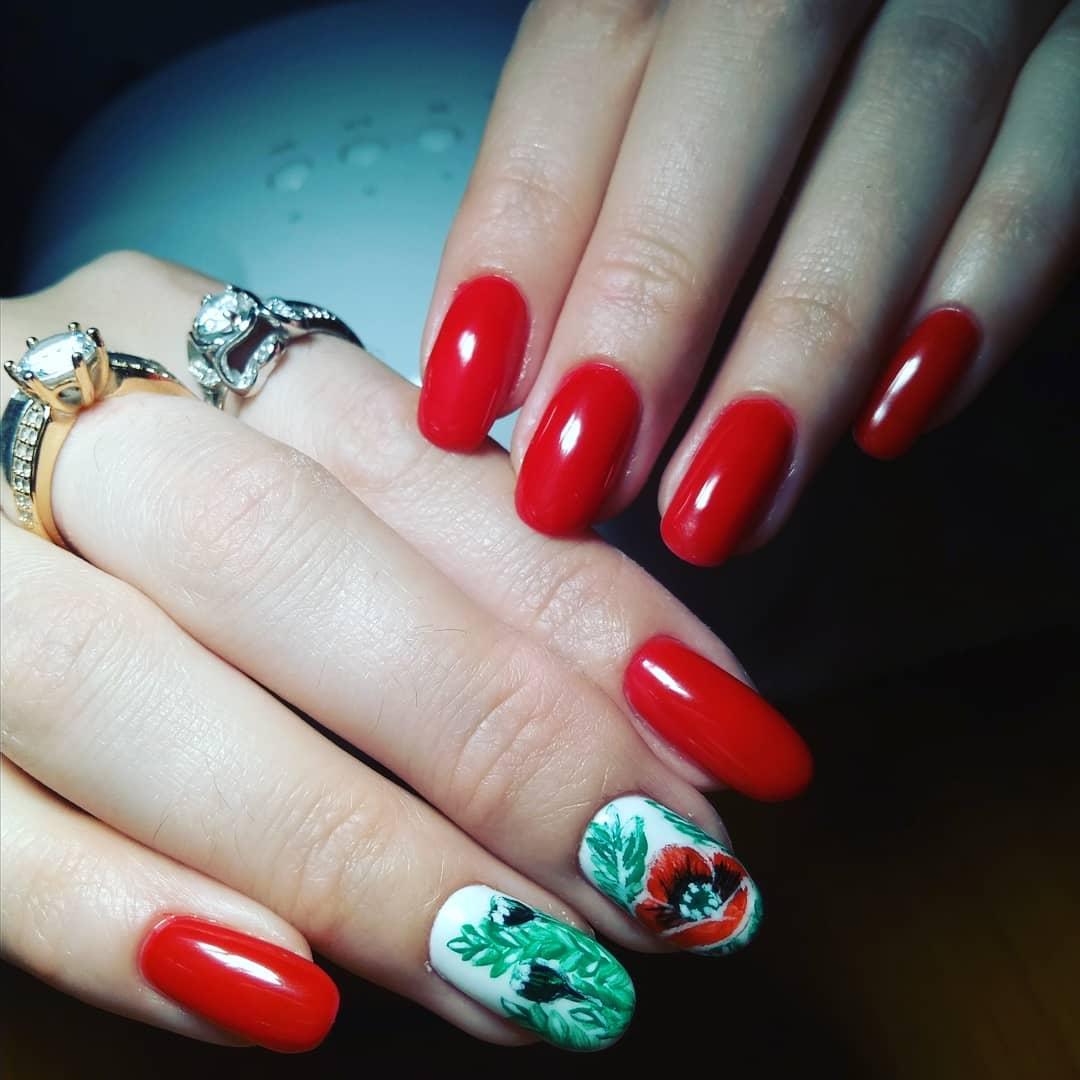 красный маникюр с травой и цветком мака