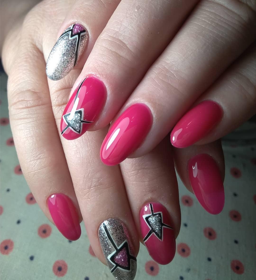 розовые ногти с втиркой и геометрией с закрашеным пирамидками