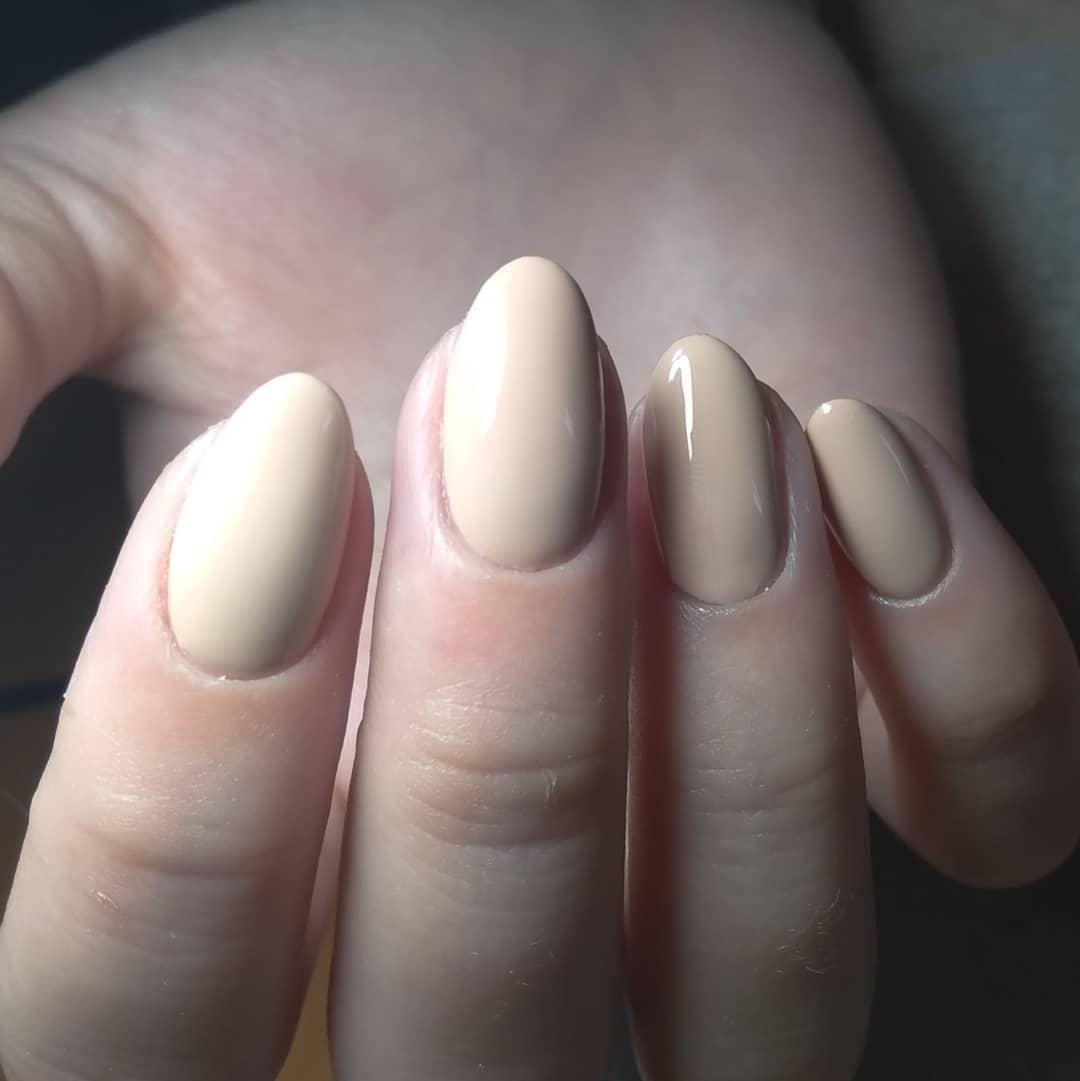 белые средние ногти, круглой формы