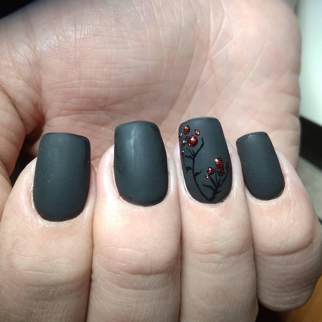 черный маникюр с веточкой ягоды