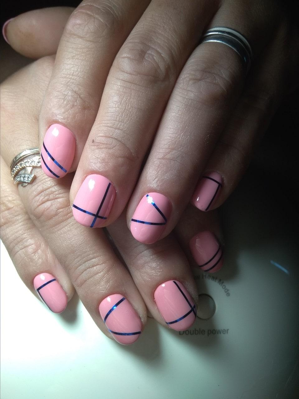 нежно розовый маникюр с синими ленточками