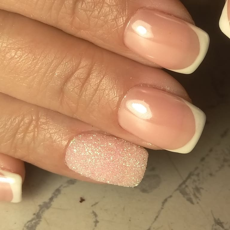 прозрачный френ на квадратных ногтях, белым цветом с присыкой