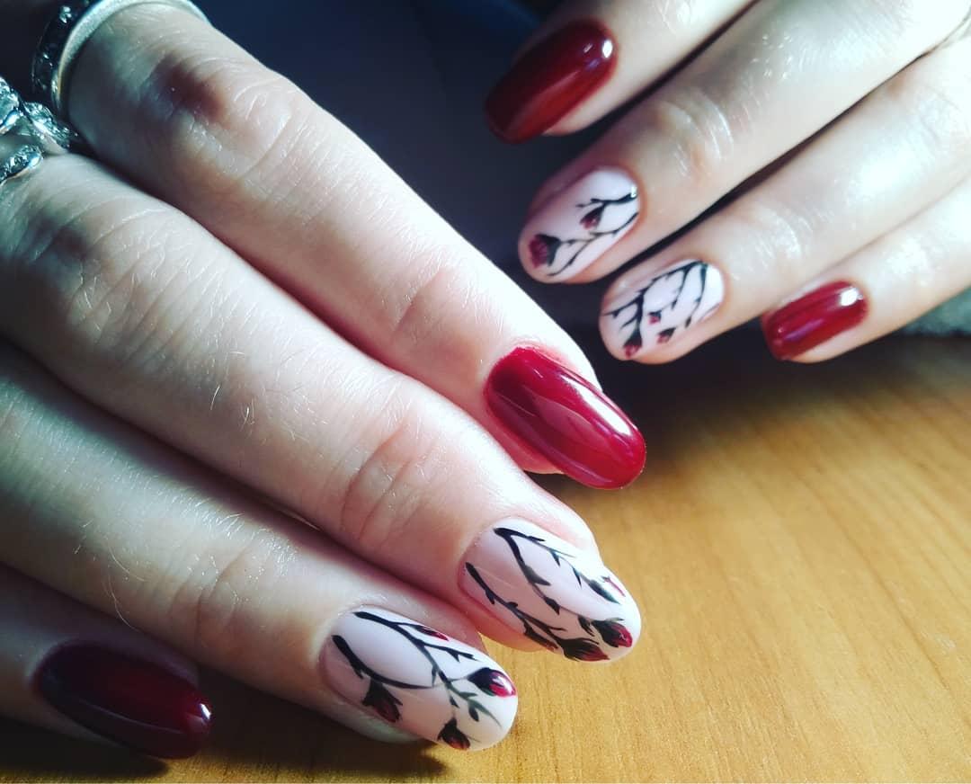 красный маникюр с ветками сакуры