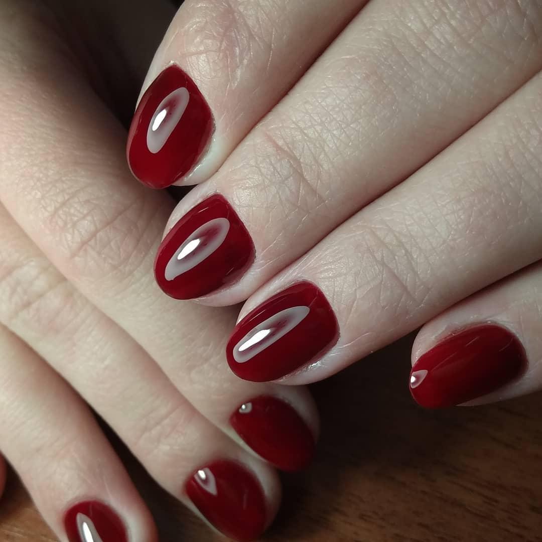 классический багровый маникюр на коротких круглых ногтях