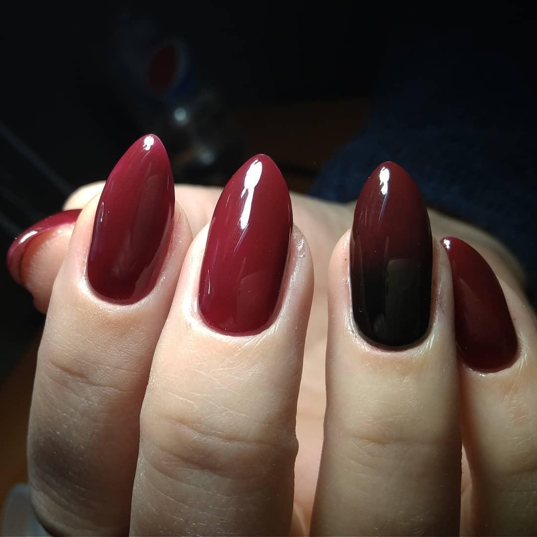 темно красный аж бурый маникюр на длинных ногтях