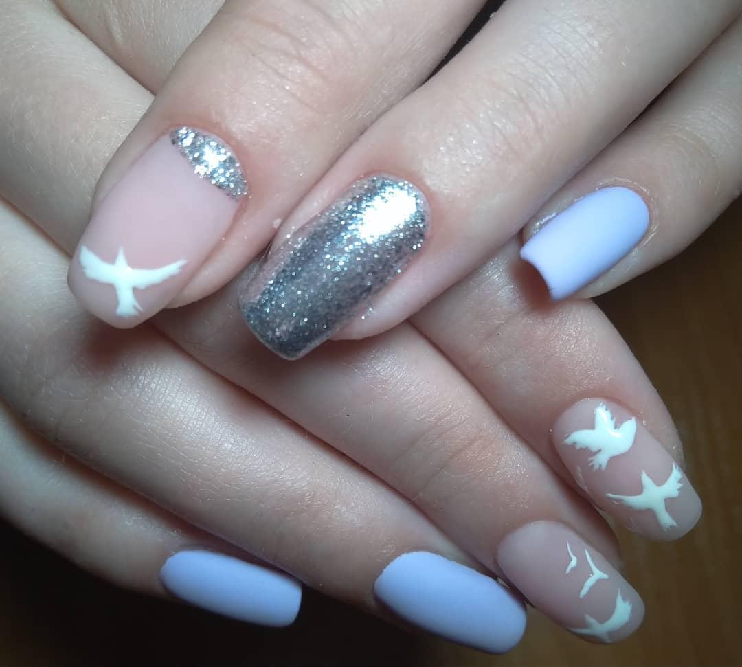 белый матовый с рисунком голубей и серебристой жидкой слюдой