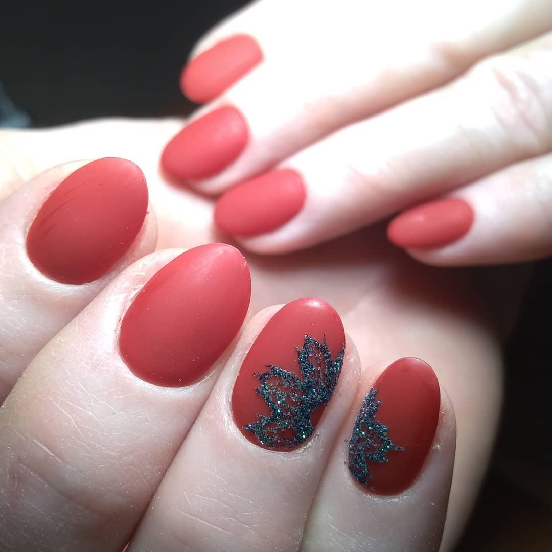 мягкий красный матовый дизайн с черной присыпкой виде клинового листа