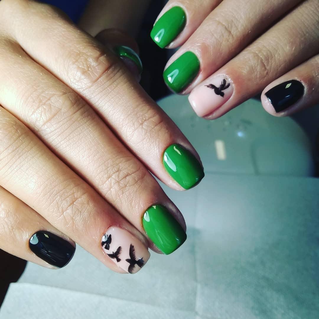 черно зеленый маникюр с птицами на безымяном пальце и короткой квадратной форме