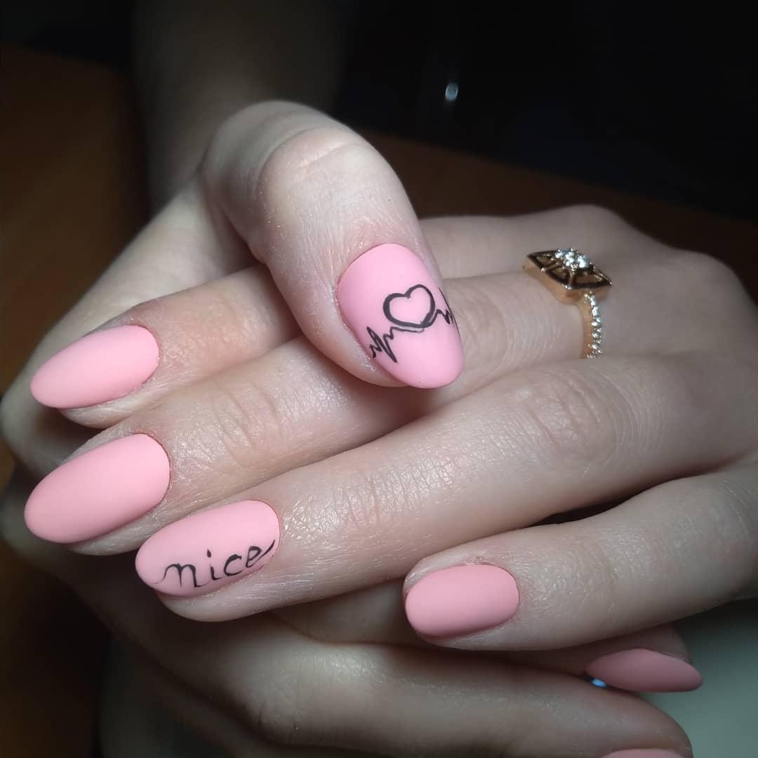 нереальный нежно матово розовый маникюр с рисованым сердечком и кардио линией, а также надписью nice