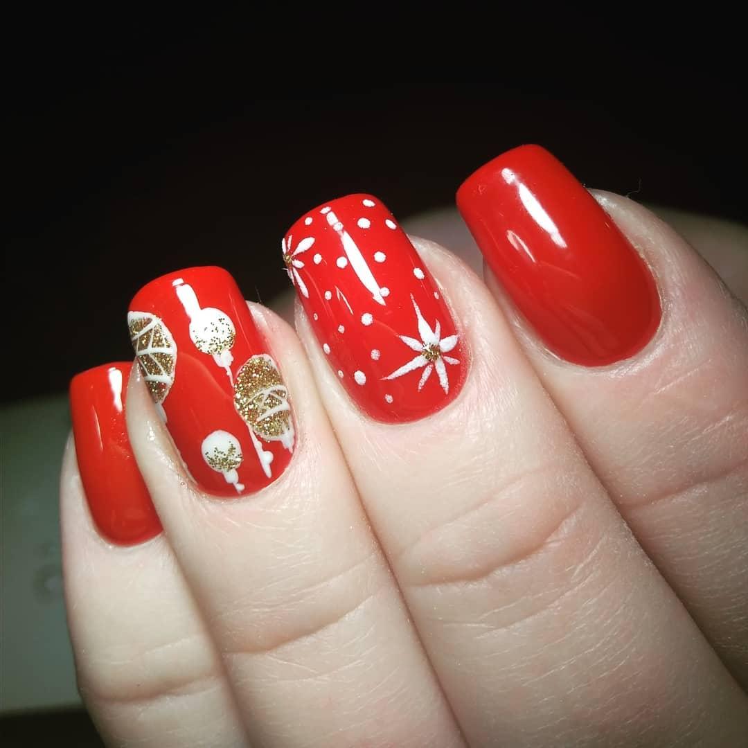 новогодний красный маникюр с шариком на елку и снежинкой