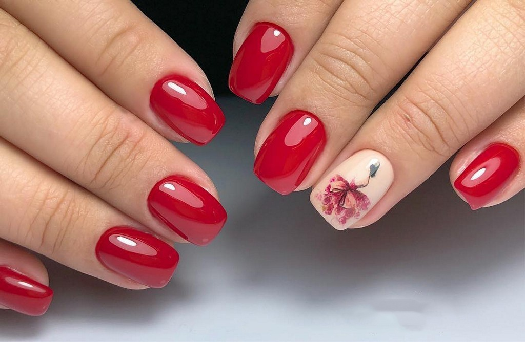 красный маникюр на коротких ногтях с девушкой в платье на бежевом фоне