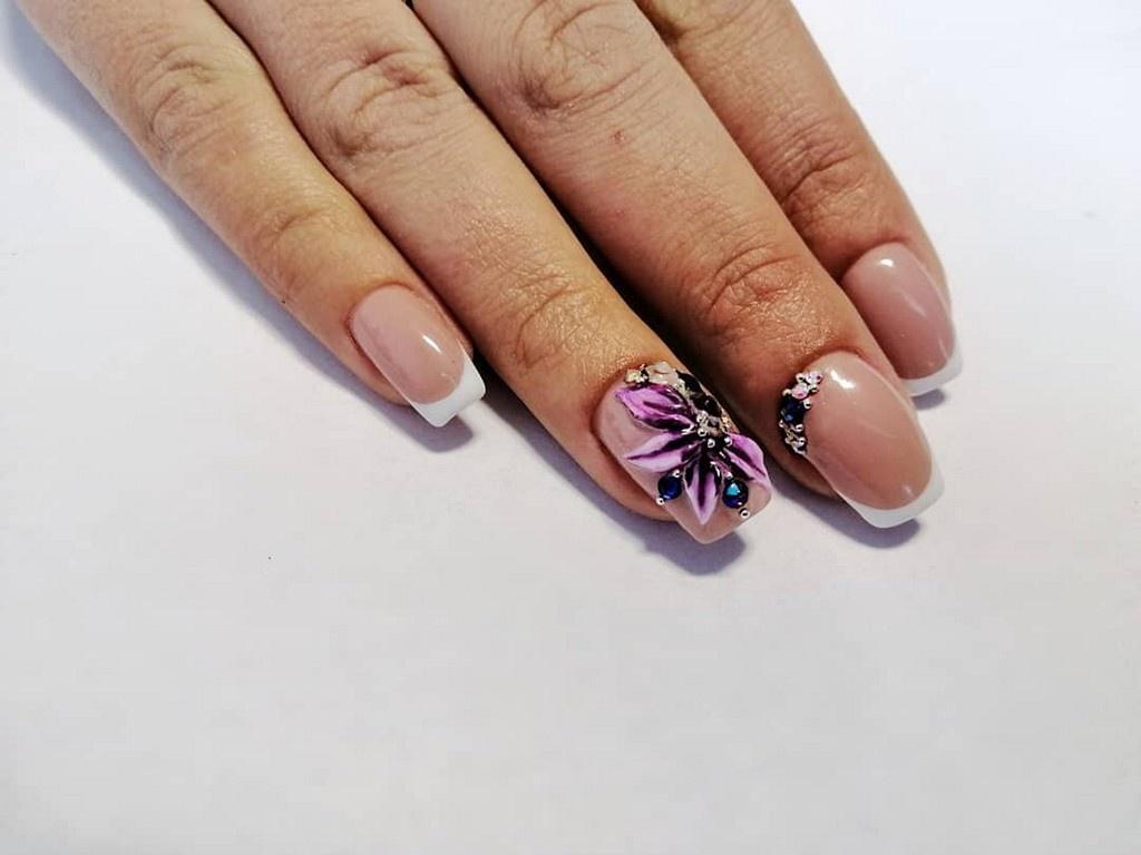 Белый френч на мягком квадрате с рисунком фиолетового цветка (фиалки)
