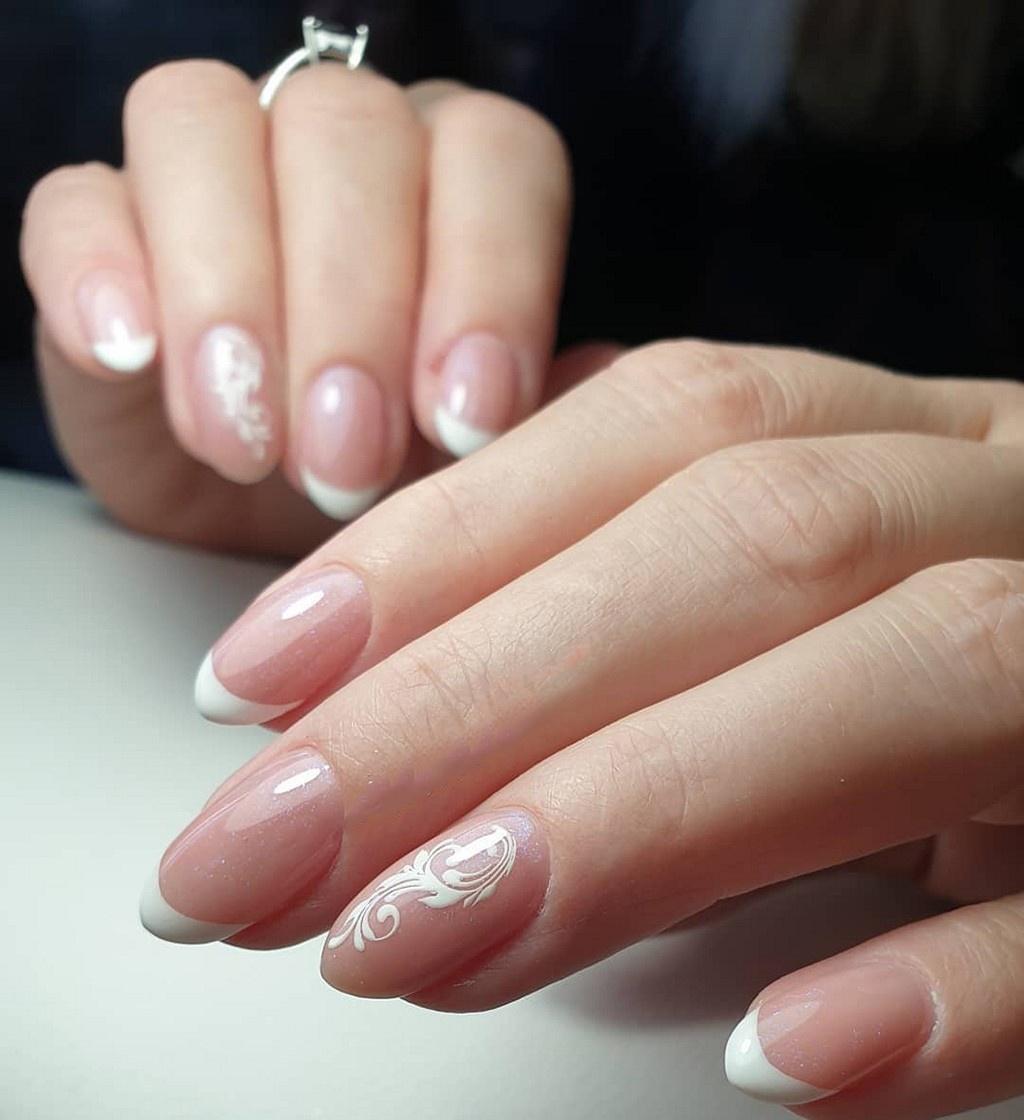 Свадебный белый нежный френч с завитушками на минделевидной форме ногтя