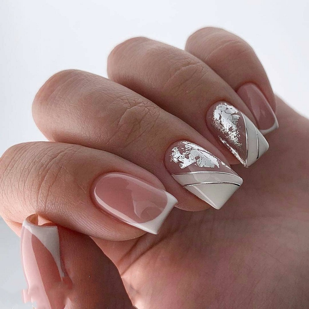 Маникюр на квадратные ногти с белым френчем