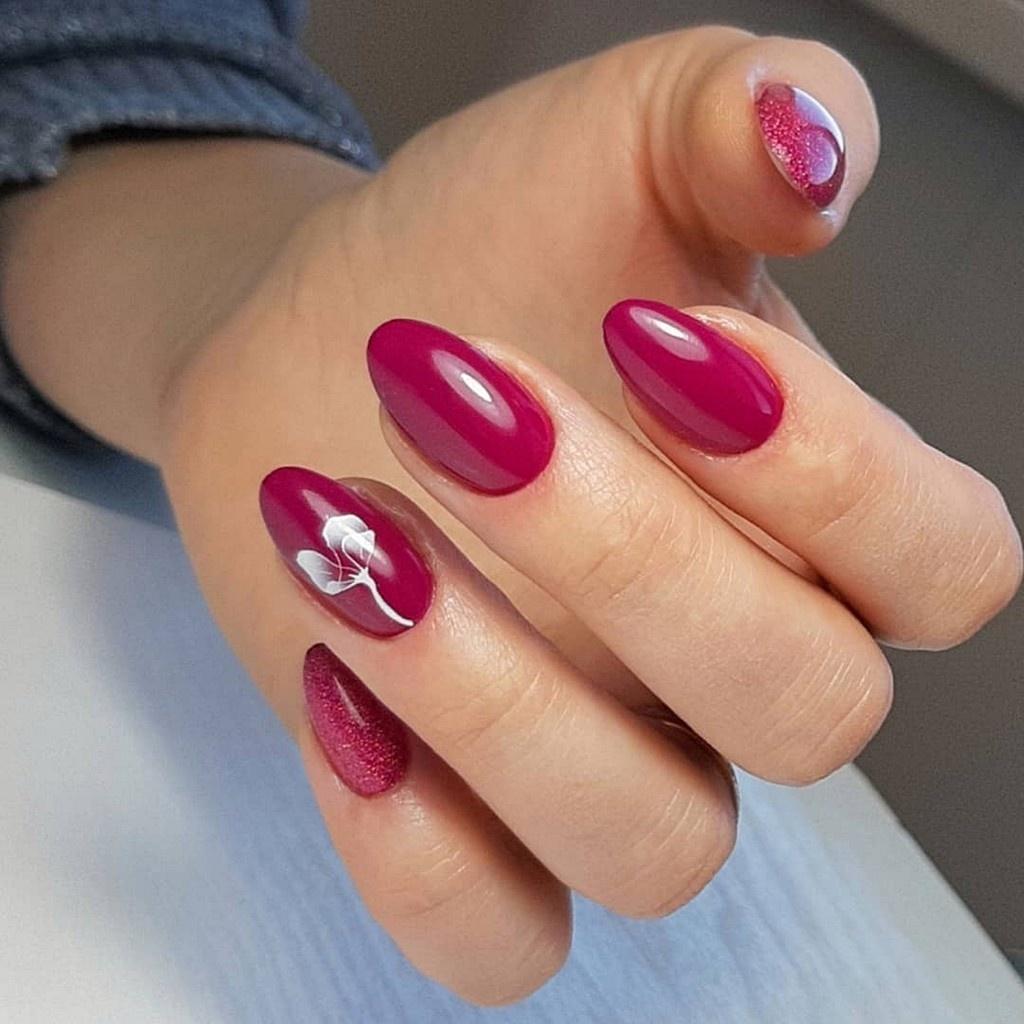 Красно розовый маникюк с блески(шимер), рисунком тюльпана на безмяном пальце