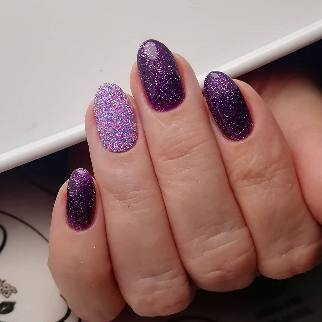 Фиолетовый маникюр с блестками и присыпкой на безымяном пальце