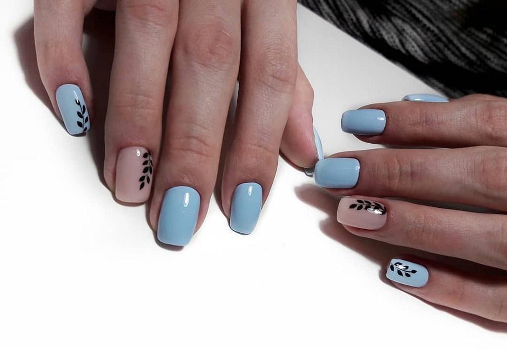 Минималистичный дизайн маникюра с веточками на ногтях, пастельно голубого цвета с нюдовым акцентом на безымяном