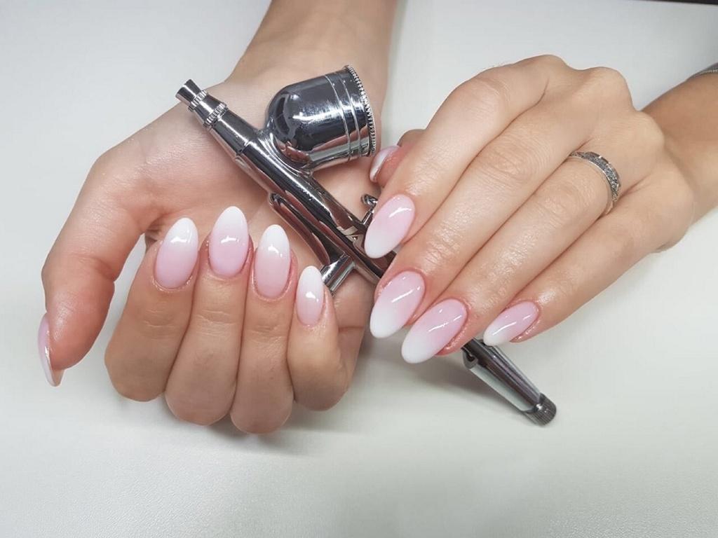Розово нежное омбре на овальных длинных ногтях.