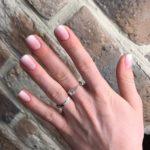 Маникюр в стиле беби бумер на коротких ногтях.