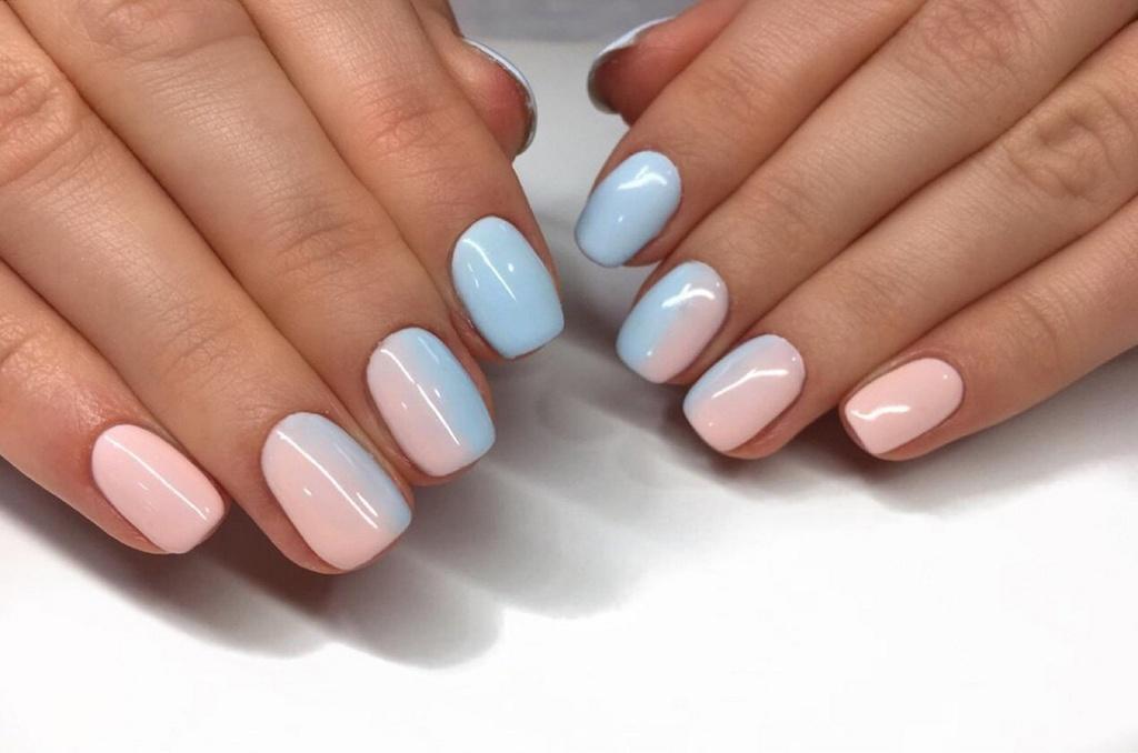 Вертикальный градиент на коротки ногтях, с пастельно синего к мягко розовому.