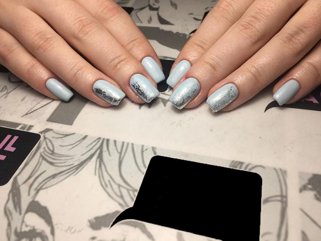 Сербреная фальга на постельно голубых ногтях, формы квадрата