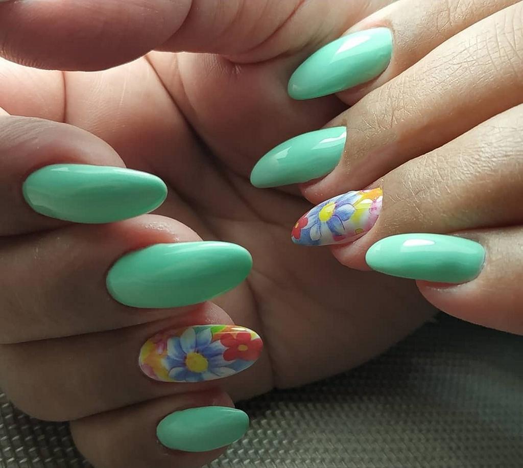 Мятный маникюр с цветами миндалевидной формы