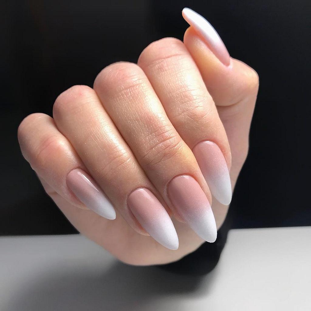 Беби бумер зауженой миндалевидной формы на длинных ногтях