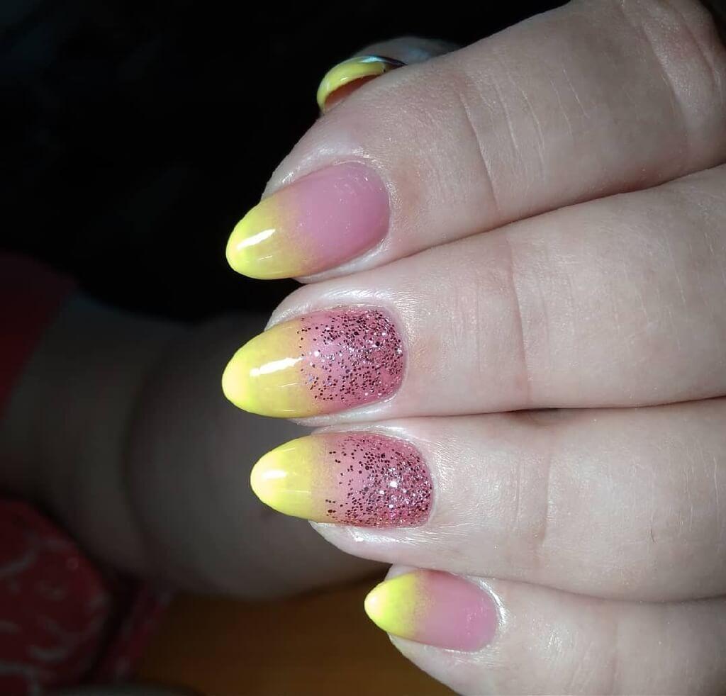 Градиент на ногтях с желтого на розовый похожий на манго