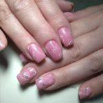 Маникюр с мраморной текстурой розового цвета на квадратной форме