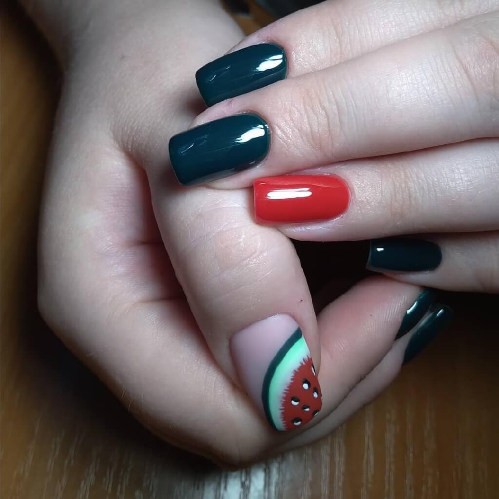 Черно красный маникюр на мягком квадрате с сирунком арбуза на большом пальце