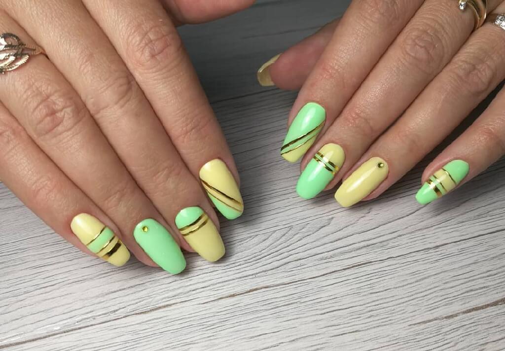 Желто салатовый маникюр с золотыми линиями на длинных ногтях
