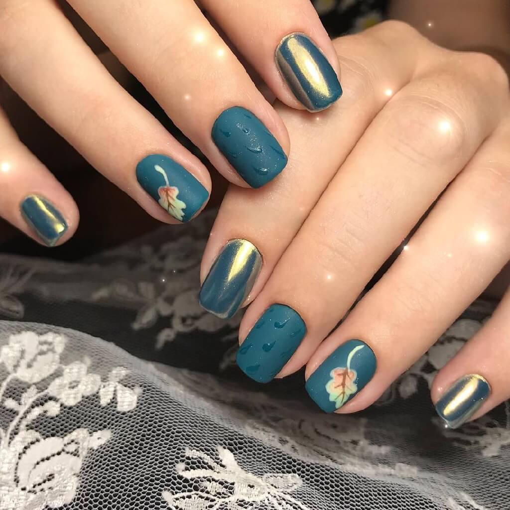 Осенний маникюр, с листьями на темно синем и с акцентом в виде золотистой втирки