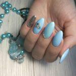 Голубой маникюр с блестками и сердечком из страз на длинных ногтях миндалевидной формы