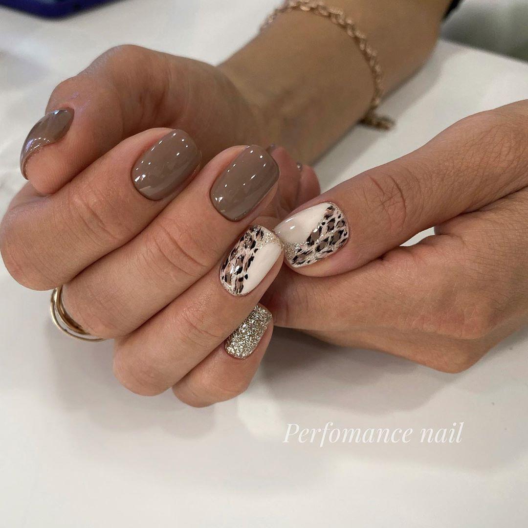 Леопардовые дизайн на безымянном пальце, на остальных коричнево шоколадный тон