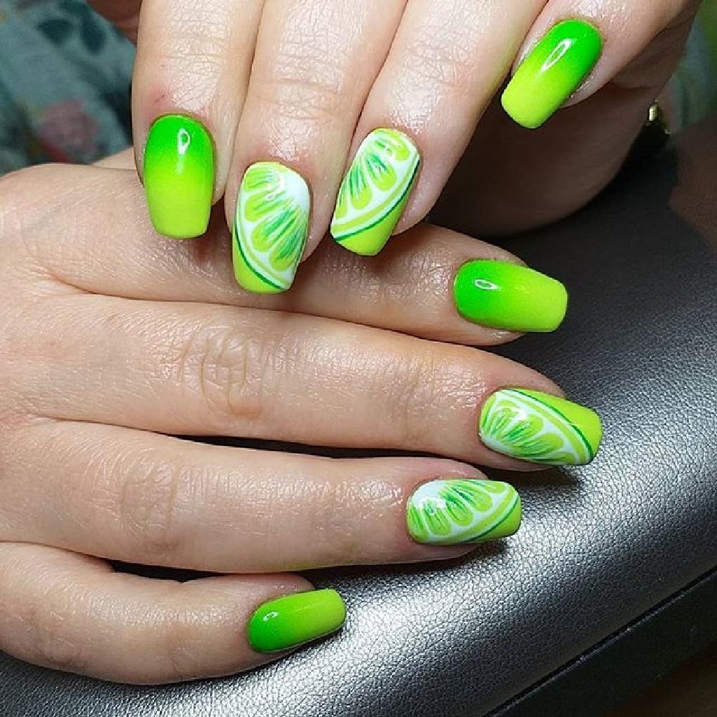 Ярко зеленый маникюр с лаймом на форме мягкого квадрата