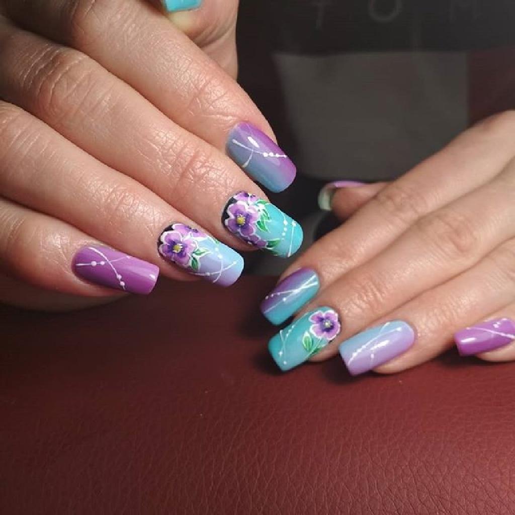 Филетово голубой дизайн с весенними цветами на длинных ногтях